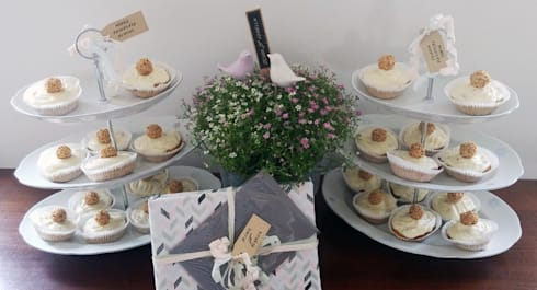Etageren aus Omas Porzellan als Hochzeitsdeko: klassische Esszimmer von Lieselotte