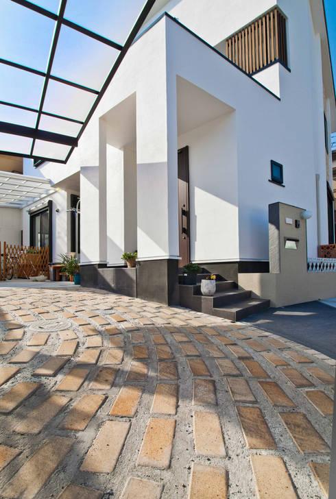 石畳と石壁をアクセントに配した家: 遊友建築工房が手掛けた廊下 & 玄関です。