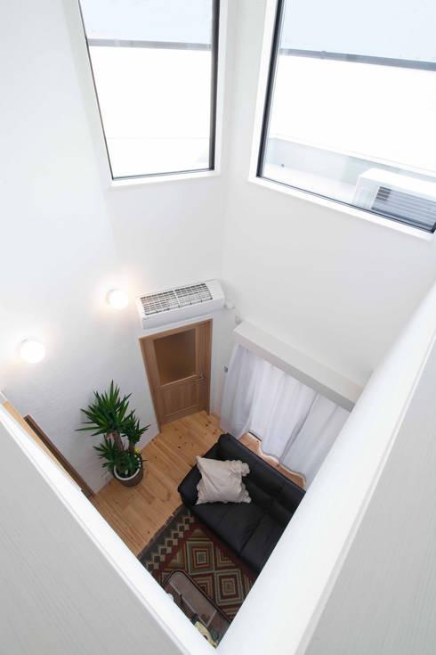 石畳と石壁をアクセントに配した家: 遊友建築工房が手掛けたリビングです。