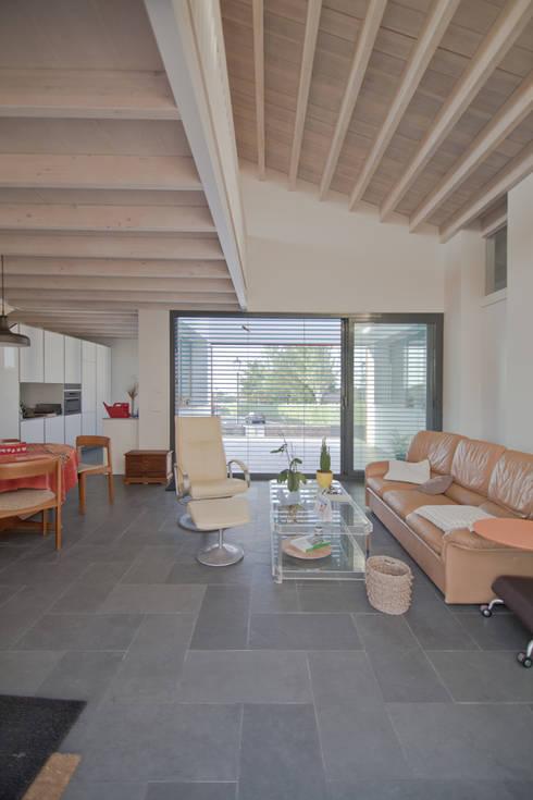 Salas de estar modernas por MapOut