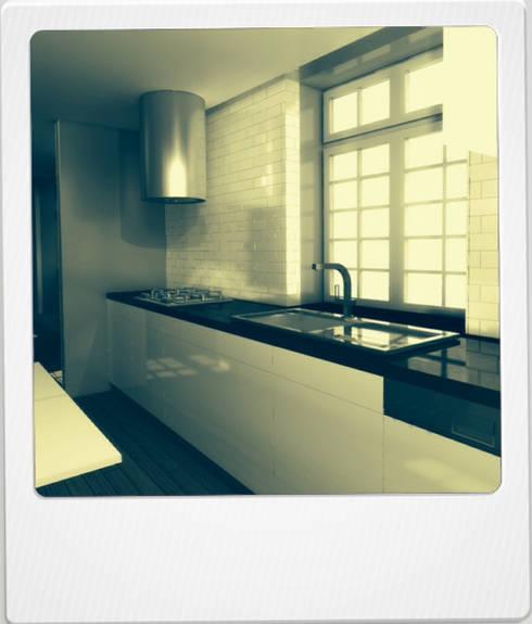 04HCM11 – REABILITAÇÃO RUA DE S.PEDRO: Cozinhas modernas por sérgio rocha.arq