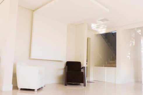 Casa RM53: Salas de estar modernas por Cecyn Arquitetura + Design