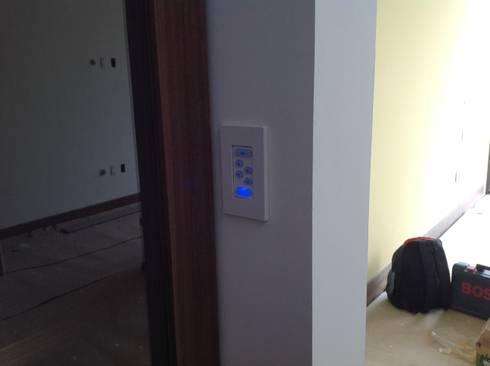 Residencia CB675: Recámaras de estilo moderno por Domótica y Automatización Integral