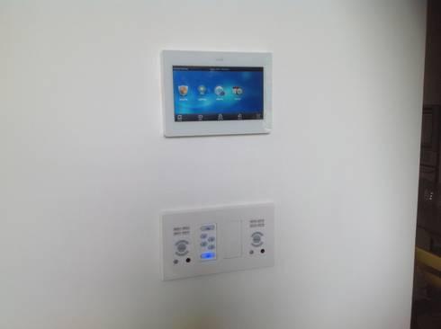 Residencia CB675: Salas de estilo moderno por Domótica y Automatización Integral
