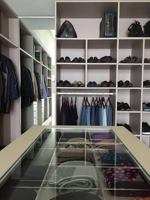 Vestidor: Vestidores y closets de estilo moderno por AParquitectos