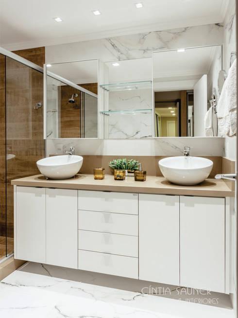 banheiro casal: Banheiro  por Cintia Sauner Arquitetura e interiores
