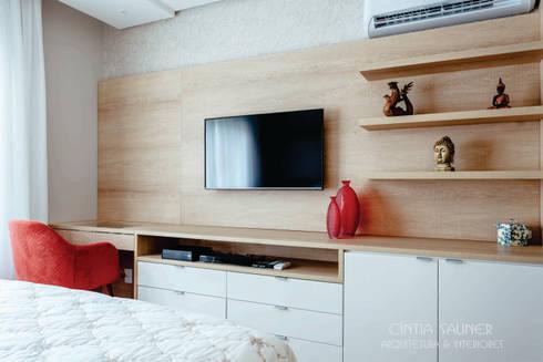 dormitório casal: Quarto  por Cintia Sauner Arquitetura e interiores
