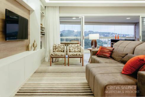 estar tv: Sala de estar  por Cintia Sauner Arquitetura e interiores