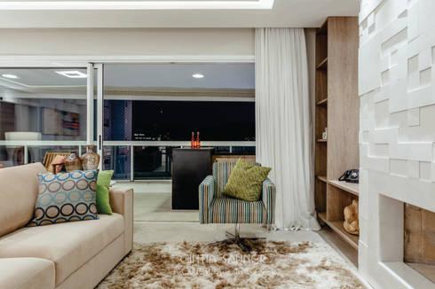 estar lareira: Sala de estar  por Cintia Sauner Arquitetura e interiores