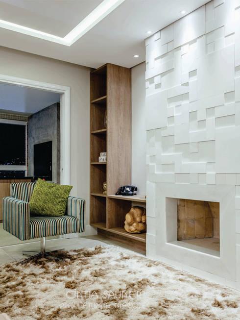 lareira: Sala de estar  por Cintia Sauner Arquitetura e interiores