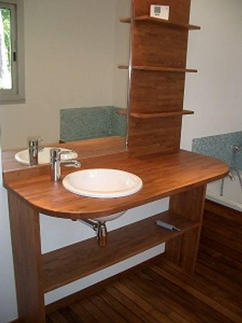 Vasque meuble en bois: Salle de bains de style  par Antoine de Castéras