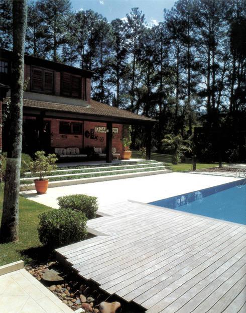 Rumah by Eduardo Novaes Arquitetura e Urbanismo Ltda.
