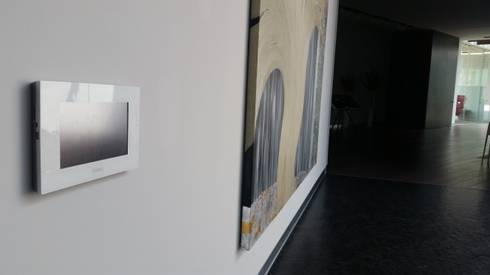 Villa TM: Pasillos y recibidores de estilo  por Domótica y Automatización Integral