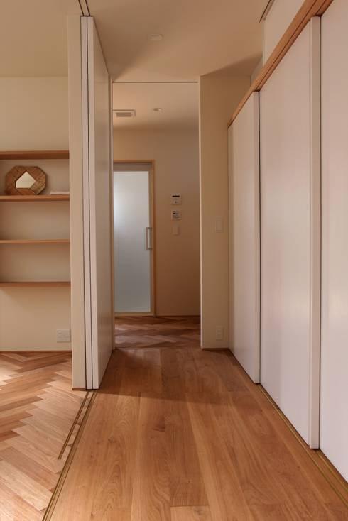House in Uenokurumazaka: Mimasis Design/ミメイシス デザインが手掛けた廊下 & 玄関です。