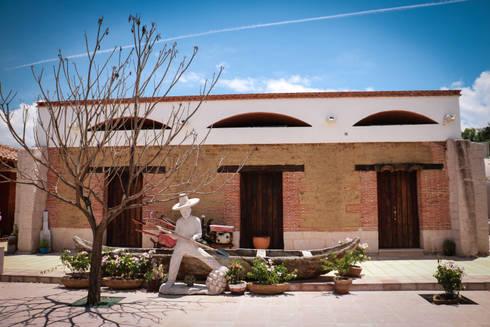 Museo del Mezcal Embajador: Espacios comerciales de estilo  por Additivo al diseño