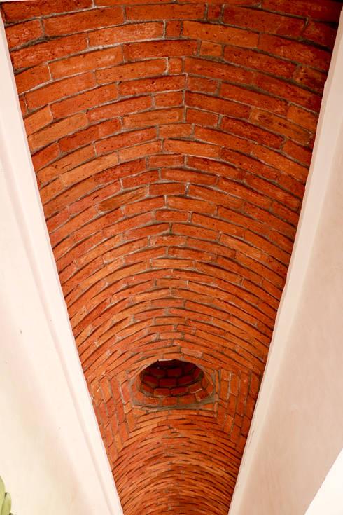 Casa Mezcal Embajador: Espacios comerciales de estilo  por Additivo al diseño
