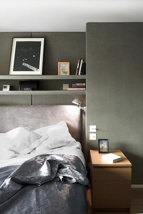 Camera da letto in stile  di London Atelier Ltd