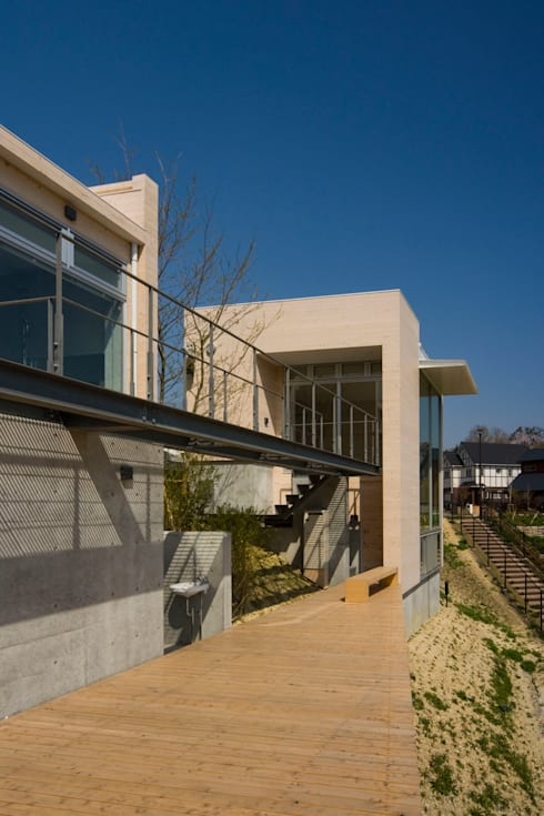 「アネックスのある家」: Kenji Yanagawa Architect and Associatesが手掛けた書斎です。