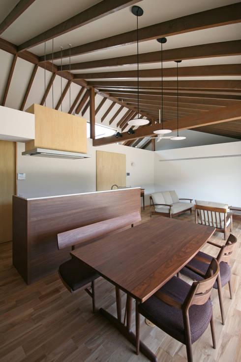 しだれ桜と暮らす家: 設計事務所アーキプレイスが手掛けたキッチンです。