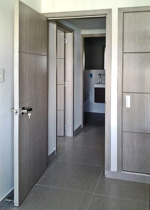 Carpintería en madera: Habitaciones de estilo moderno por Remodelar Proyectos Integrales