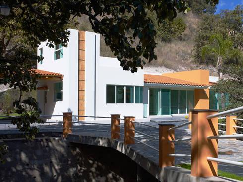 fachada principal: Casas de estilo moderno por Excelencia en Diseño