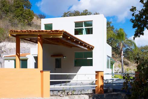 fachada posterior: Casas de estilo moderno por Excelencia en Diseño
