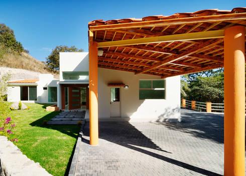 el garage: Casas de estilo moderno por Excelencia en Diseño