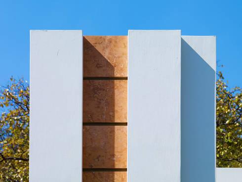 detalle en fachada: Casas de estilo moderno por Excelencia en Diseño