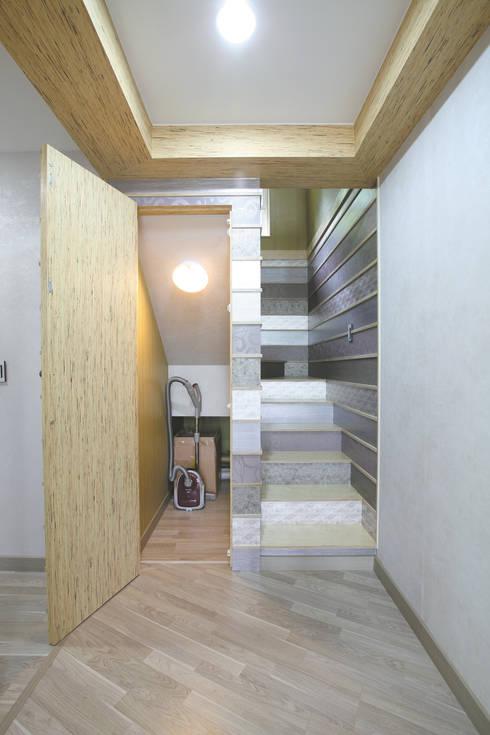 장성 동화 - 지형과 대지를 수용한 북미식 경량목구조주택: 꿈꾸는목수의  복도 & 현관