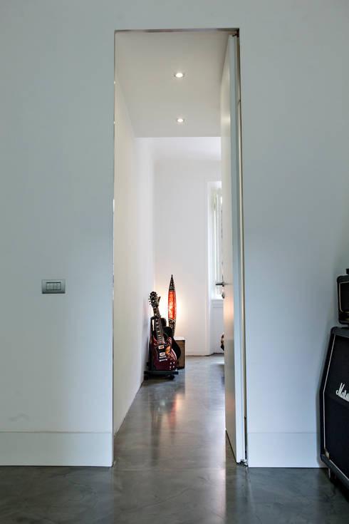 a tutta altezza: Camera da letto in stile  di studio ferlazzo natoli