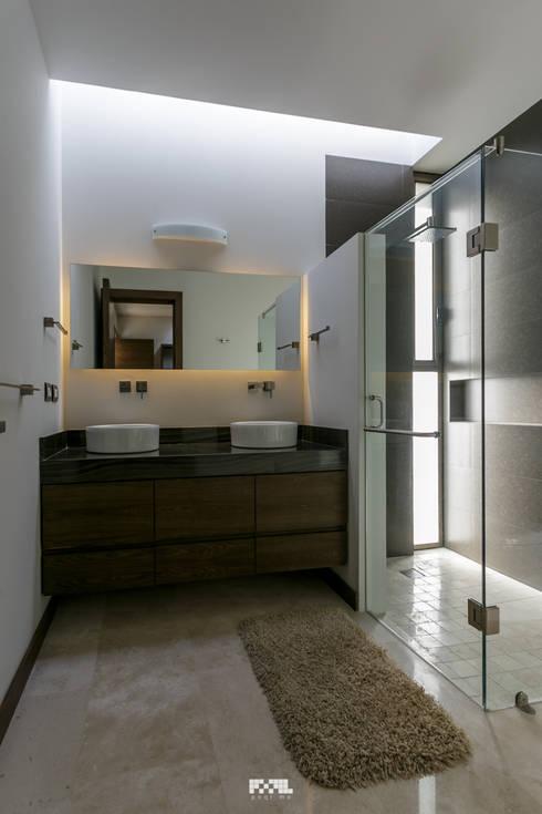 San José del Tajo: Baños de estilo  por 2M Arquitectura