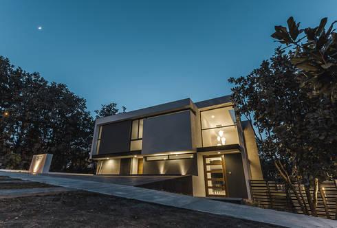 Bosques de Bugambilias: Casas de estilo minimalista por 2M Arquitectura