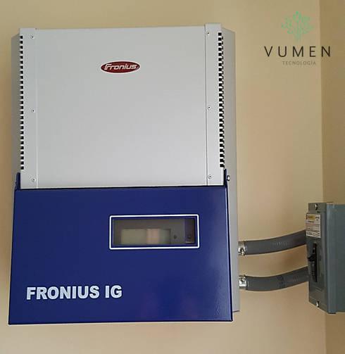Inversor con capacidad de hasta 8 paneles: Casas de estilo industrial por Vumen
