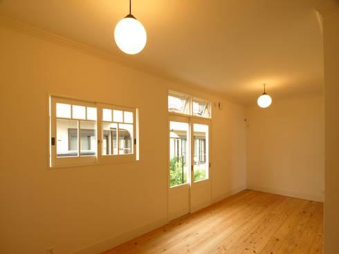 個室建具も木製: アトリエdoor一級建築士事務所が手掛けた和室です。