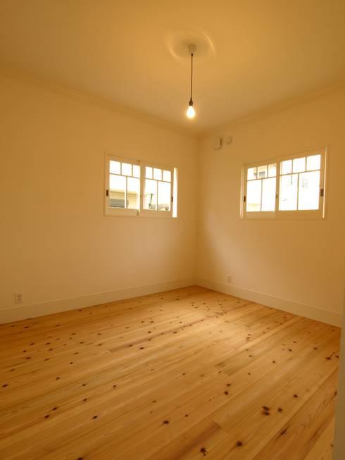 個室: アトリエdoor一級建築士事務所が手掛けた和室です。