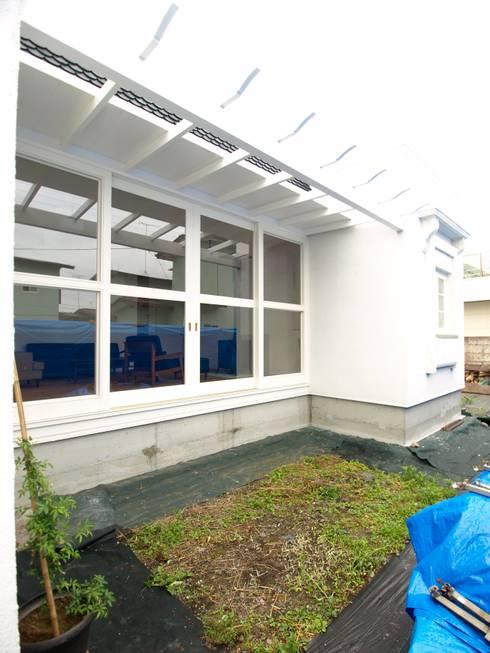 外部パーゴラ: アトリエdoor一級建築士事務所が手掛けた窓です。