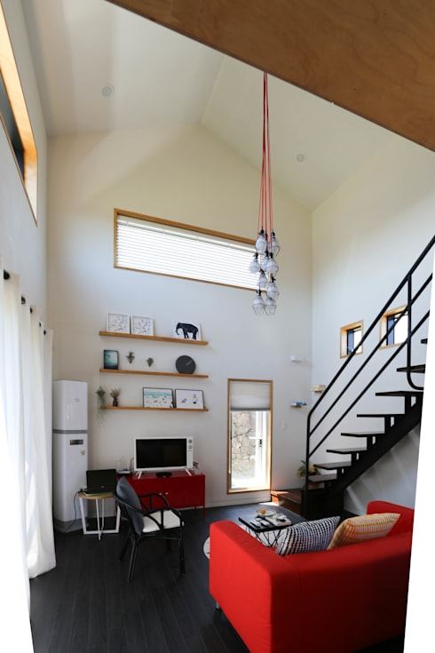 Living room by 아키제주 건축사사무소