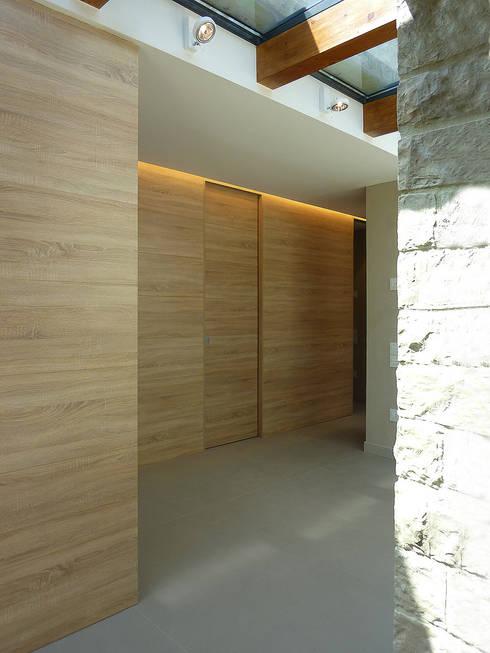 ระเบียงและโถงทางเดิน by Stefano Zaghini Architetto