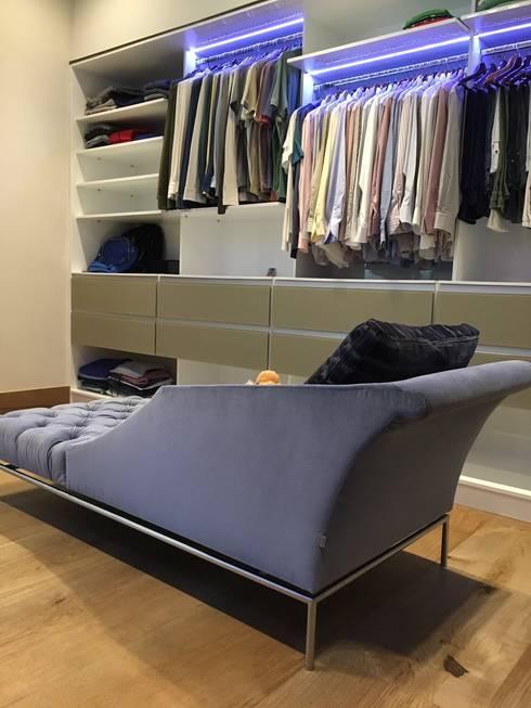 Sofá vestidor: Vestidores y closets de estilo  por AParquitectos