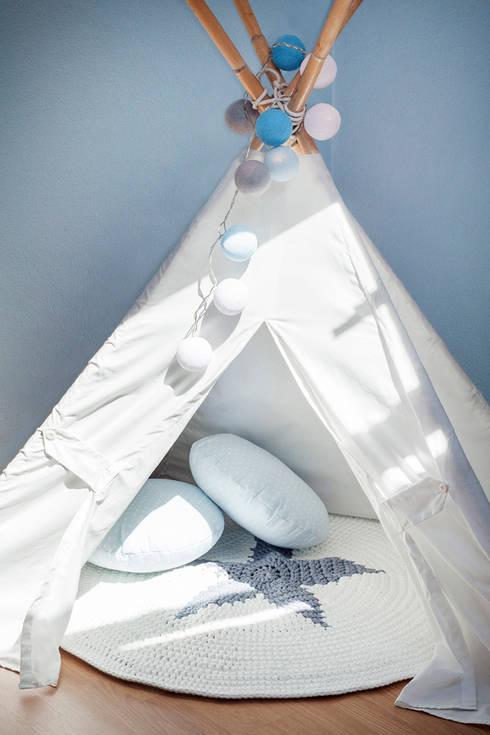 Quarto de bebé: Quartos de criança escandinavos por This Little Room