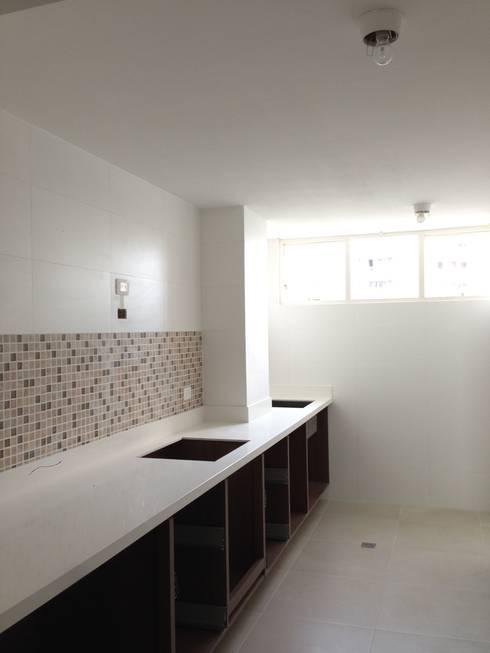 Proyecto en ejecución: Cocinas de estilo moderno por John Robles Arquitectos