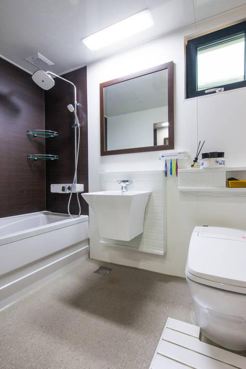 asian Bathroom by 윤성하우징