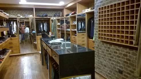 Vestidor en Cedro: Vestidores y closets de estilo moderno por KON-MADE s.a de c.v