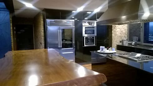 COCINA CON ACABADO EN VIDRIO LUNA NEGRA: Cocinas de estilo moderno por KON-MADE s.a de c.v