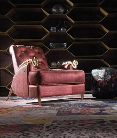 Roberto Cavalli Home Interiors: Sala de estar  por SumptuosEsfera Unipessoal, Lda