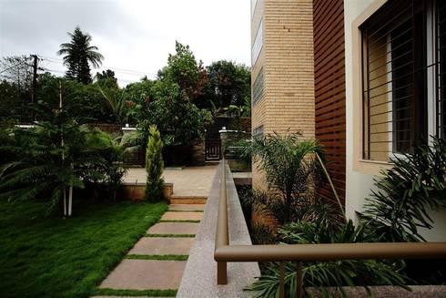 Landscape Garden - Basement landscape court:   by DeFACTO Architects