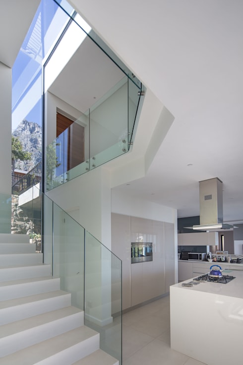 HOUSE  I  CAMPS BAY, CAPE TOWN  I  MARVIN FARR ARCHITECTS:  Corridor & hallway by MARVIN FARR ARCHITECTS