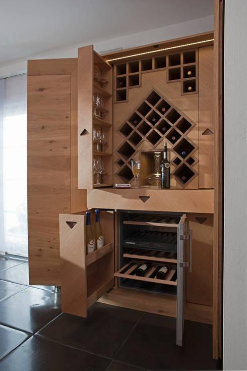 Moderner Weinschrank Aus Eichenholz: Moderne Küche Von BAUR WohnFaszination  GmbH