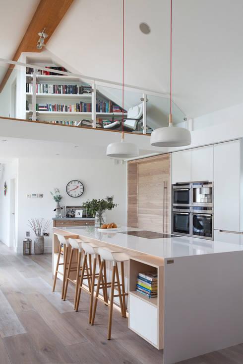 White Kitchen:  Living room by Designer Kitchen by Morgan