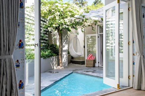 Pool Courtyard: modern Garden by Red Daffodil